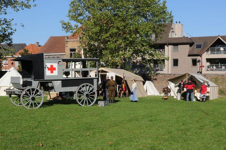 Ook een ziekenwagen uit WO I-periode mag niet ontbreken op het kasteeldomein.