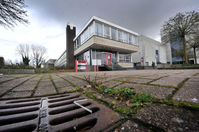 Het voormalige pand van De Twentsche Courant Tubantia, waar een noodopvang voor asielzoekers werd gepland.