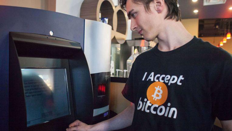 Een pinautomaat in Vancouver waarmee Canadese dollars voor bitcoins kunnen worden ingeruild Beeld AFP
