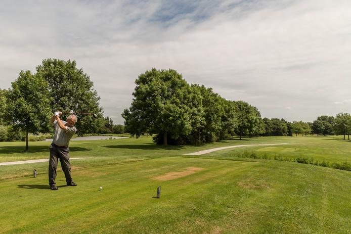 Ron Verhulst uit den Haag kent alle 18 holes in Rijswijk op zijn duimpje. Hij is al 21 jaar lid van de golfclub.