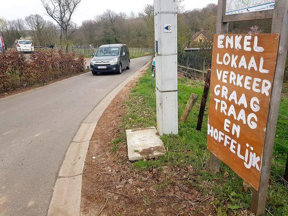 Bewoners in onder andere de Haakstraat in Dworp maar ook Kesterbeekbos klagen over een toename van sluipverkeer door het afsluiten van de brug over Drasop.