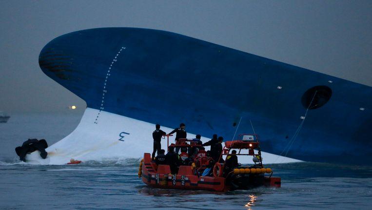 Reddingswerkers zoeken naar slachtoffers van de ramp. Beeld REUTERS