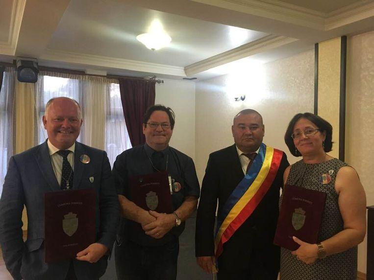 Koen Loete met Paul en Elena Goemaere, bij de burgemeester van Tomesti.