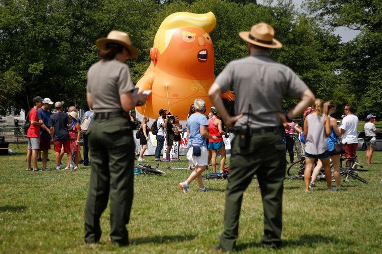 Tegenstanders tekenen ook present: agenten houden een oogje in het zeil bij de oplaasbare Trump Baby.