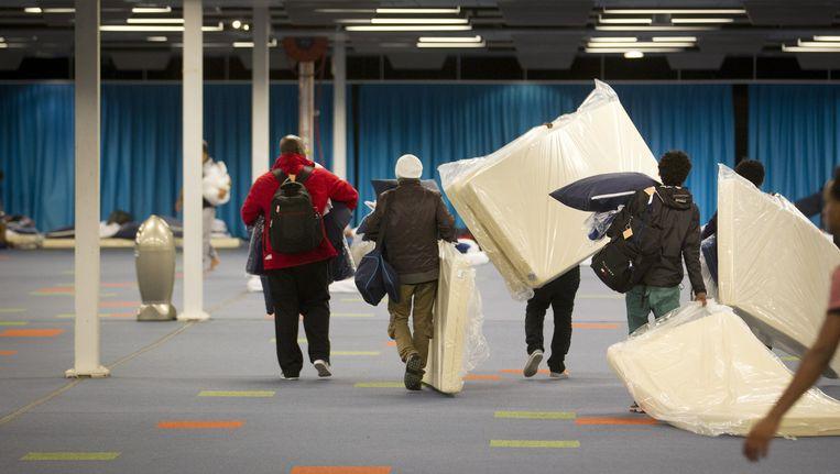 Vluchtelingen komen aan in het Beatrixgebouw in de Jaarbeurs. Tweehonderd asielzoekers worden met bussen naar de Jaarbeurs gebracht, waar de komende tijd in totaal vijfhonderd mensen worden opgevangen Beeld ANP