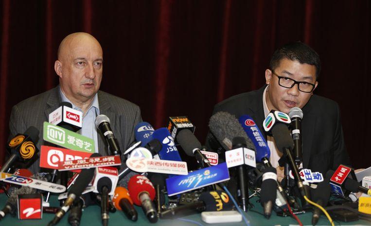 Ignatius Ong (rechts) en Hugh Dunleavy van Malaysia Airlines zondag tijdens een persconferentie in Peking. Beeld ap