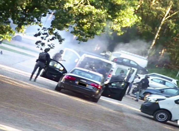 Een still uit camerabeelden van de politie leggen de arrestaties van zeven mannen vast op een vakantiepark in Weert.