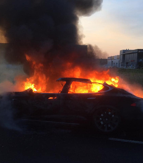 Voorlopig geen verder onderzoek naar uitgebrande Tesla bij Culemborg