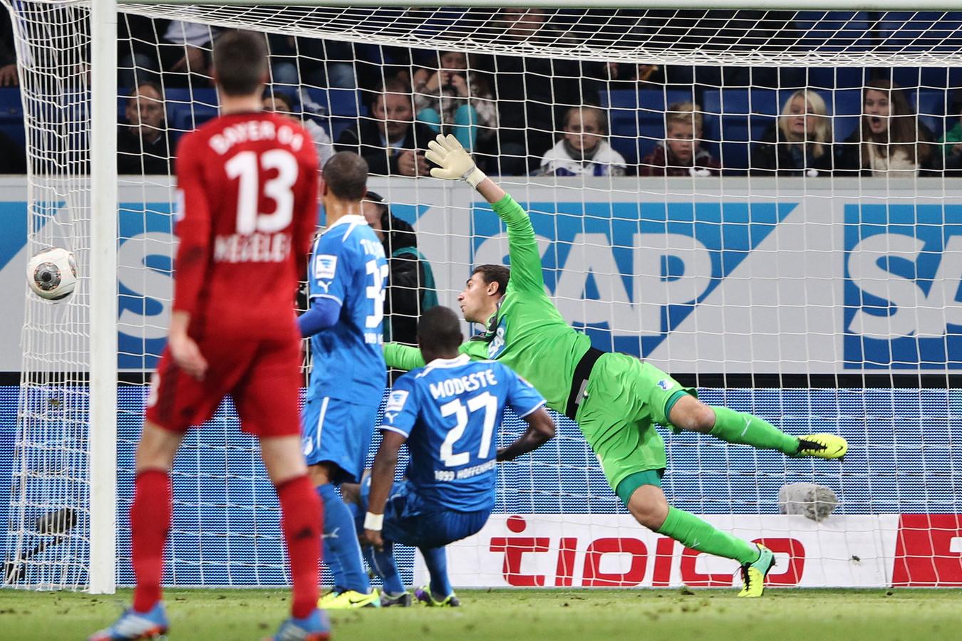 Stefan Kiessling lijkt te missen, maar de bal gaat door het net..