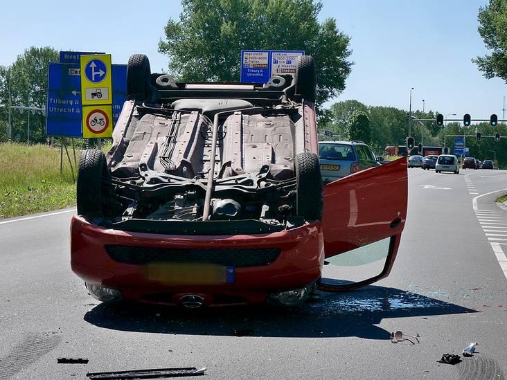Auto op zijn kop bij botsing in Breda