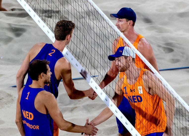 Een oranje onderonsje in de kwartfinale van het beachvolleybal. Beeld anp