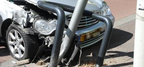 Veel schade aan Mercedes na klap tegen paal in Oss