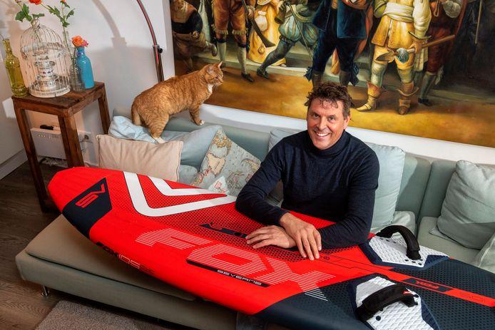 Jan Karel van der Toorn zit weer veilig thuis op de bank. Hij brak zijn nek na een ongeval tijdens het windsurfen op de Zeeuwse wateren.