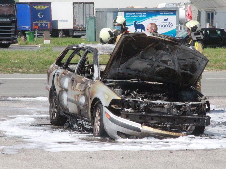 De auto brandde zo goed als volledig uit.