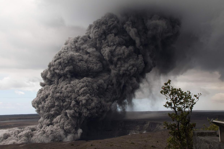 De vulkaan spuwt as de lucht in.