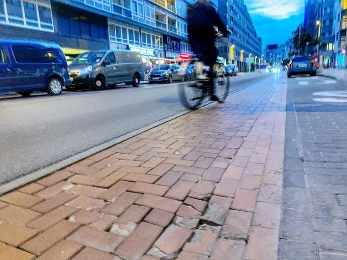 Een hobbelig stuk fietspad in de Van Iseghemlaan in Oostende.