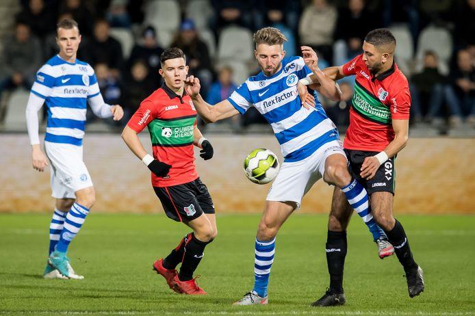 De Graafschap-aanvaller Fabian Serrarens wordt op de huid gezeten door Mohamed Rayhi van NEC.