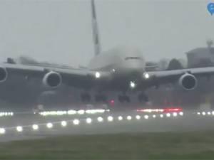 L'horrible atterrissage d'un Airbus A380 à cause de la tempête Dennis