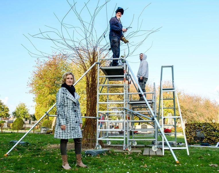 Kunstenaar Pol Pazmany en schepen Van den Eynde aan de Sterretjesboom.