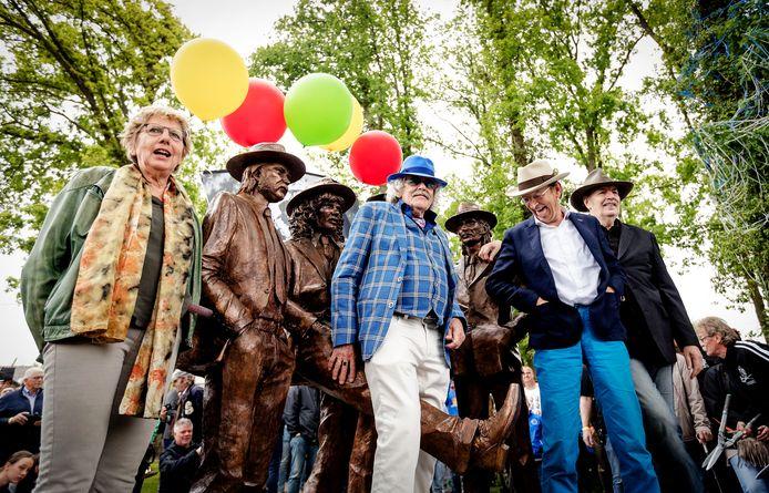 Bennie Jolink, Ferdi Jolij en Willem Terhorst bij de onthulling van het standbeeld van Normaal in Hummelo. Uiterst links Irma Manschot, de weduwe van de in 2014 overleden drummer Jan Manschot.