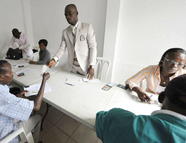Claude Gohouru (midden), claimt drie procent van de vergoeding voor 'onkosten'. Drie procent van 33 miljoen, dat is één miljoen euro. Beeld AFP