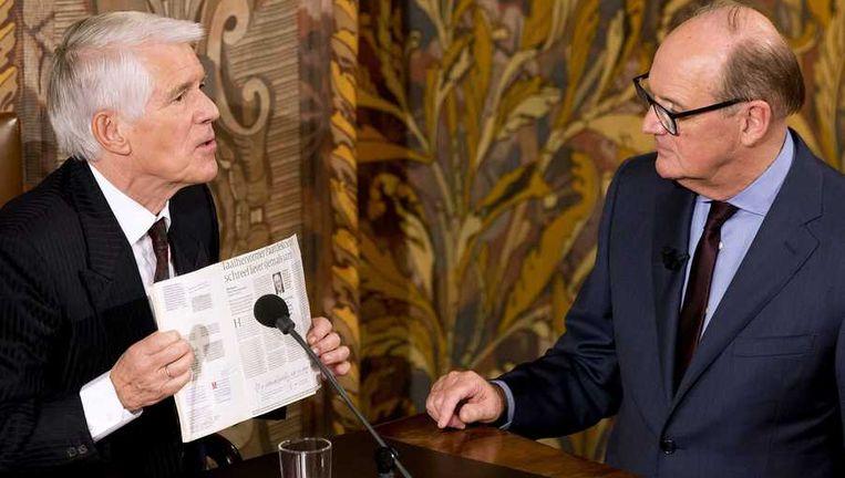 Auteur van het dictee Kees van Kooten (links) en presentator Philip Freriks tijdens het Groot Dictee der Nederlandse Taal in de Eerste Kamer. Beeld anp