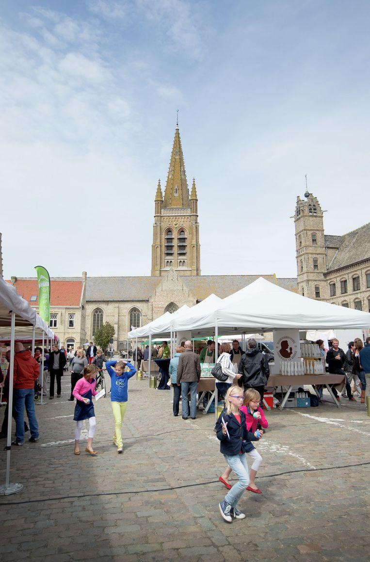 De kerk aan de markt van Lo-Reninge in alle glorie.