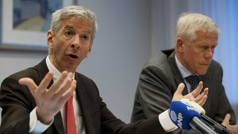 Minister Plasterk van Binnenlandse Zaken en hoofd van de AIVD Rob Bertholee presenteren het jaarverslag 2012 van de inlichtingendienst. Beeld Nederlandse Freelancers
