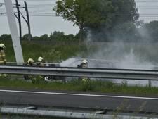 Auto brandt uit op A15, file en lichtgewonde