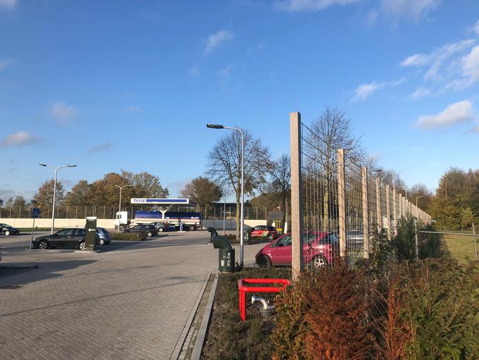 Het hekwerk om het Foodcourt Uden aan de kant van de Handwijzerstraat.