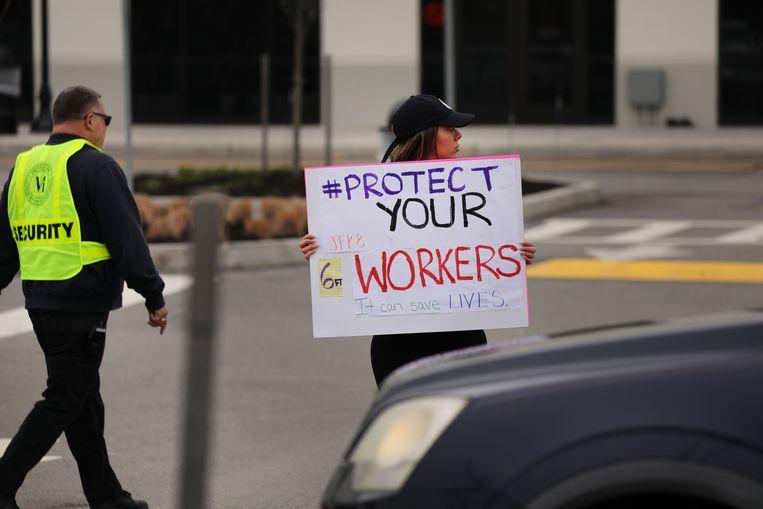 Medewerkers van Amazon protesteren tegen het gebrek aan bescherming tegen het coronavirus bij een distributiecentrum in New York. Beeld Getty Images