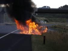 A77 bij Beugen dicht door autobrand