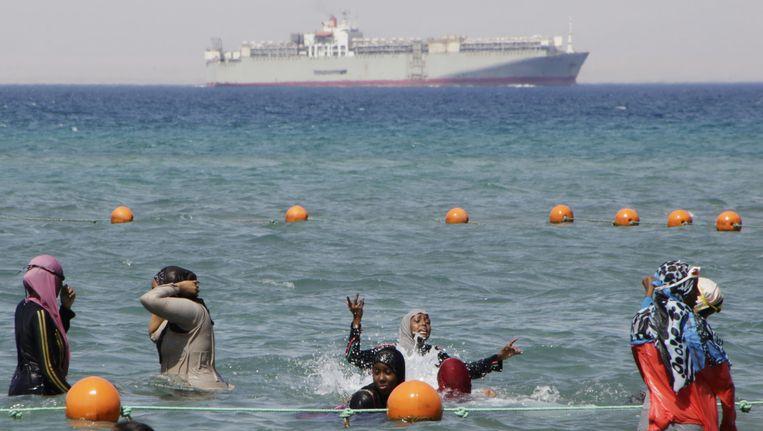 Vrouwen zwemmen in het Suezkanaal in Egypte. Beeld ap