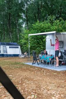 Tweede buienlijn trakteert campinggasten in Schaijk op een mini-moesson en pittig onweer