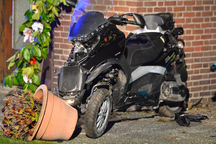 Twee mannen zijn in de nacht van zaterdag op zondag op een scooter met 3 wielen tegen een woning aan de Dorpsstraat in Riethoven gereden.