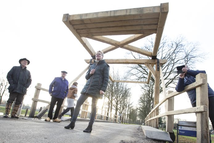 De nieuwe ophaalbrug tussen Binnengait en Kattelaar werd donderdag geopend.
