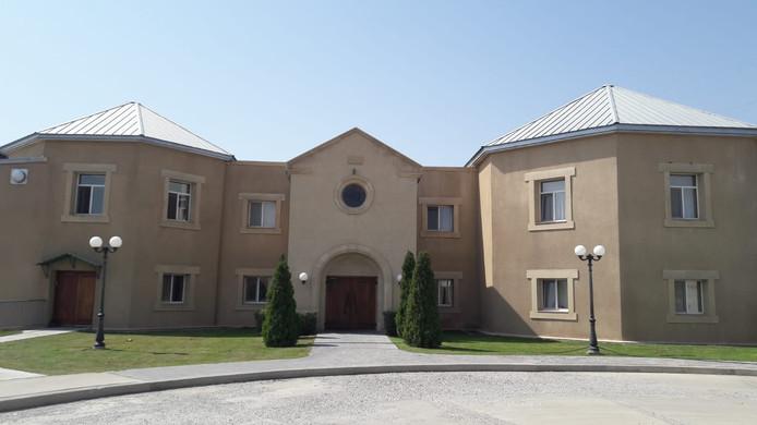 School QSI in Jerevan, die jaarlijks 25.700 dollar schoolgeld per kind vraagt.