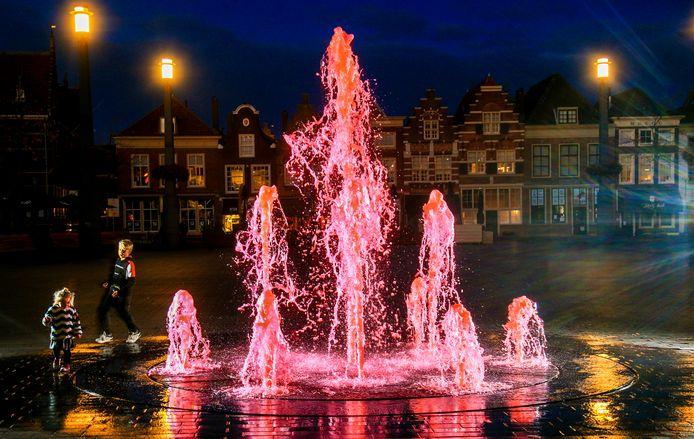De roze fontein bij avondlicht, anderhalve week geleden.