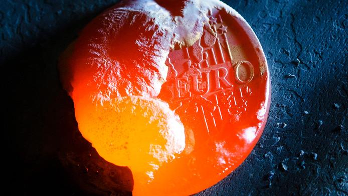 Een euromunt wordt gesmolten.
