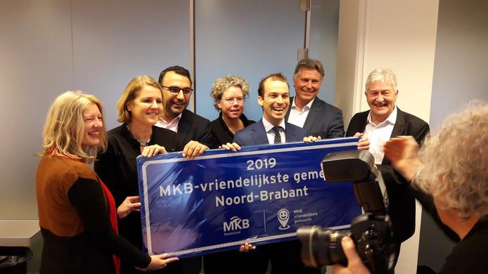 De wethouders Monique List, Yasin Torunoglu en Stijn Steenbakkers van de gemeente  Eindhoven nemen de prijs MKB-vriendelijkste gemeente van Brabant in ontvangst van Jan van den Hoff en Huub de Bie van MKB regio Eindhoven.