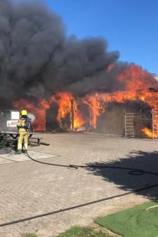 Brand in opslag bij kersenboomgaard Winssen, rookpluim in wijde omtrek te zien