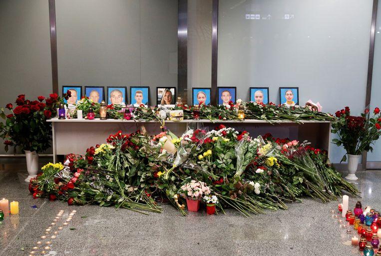 Op het Boryspilvliegveld buiten Kiev is een gedenkplaats opgericht voor de bemanning van de Ukraine Airlines vlucht. Beeld REUTERS