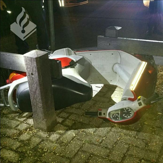 De scooterrijder ging onderuit bij een fietssluis ter hoogte van de Laanderhof.