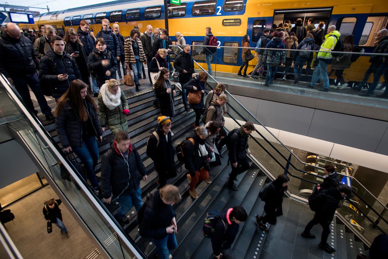 Drukte op het station van Tilburg.