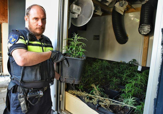 Een Tilburgse politieman in actie tijdens een van de recente 'veegweken'