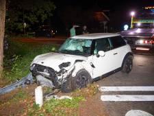 Bewoners horen klap en zien gewonde vrouw naast zwaarbeschadigde auto zitten