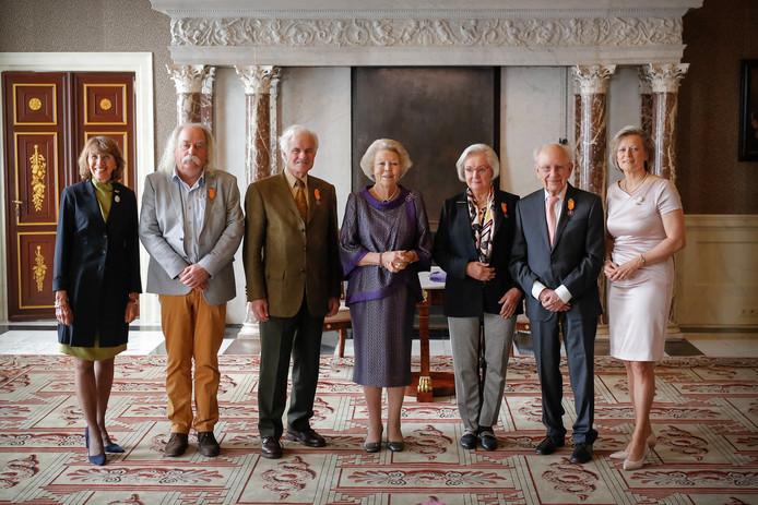 Paul Spapens, tweede van links, in het gezelschap van anderen die door prinses Beatrix met de Zilveren Anjer zijn onderscheiden: Albert Goutbeek uit Dalfsen en Herman en Cora Labberté-Hoedemaker uit Glimmen.