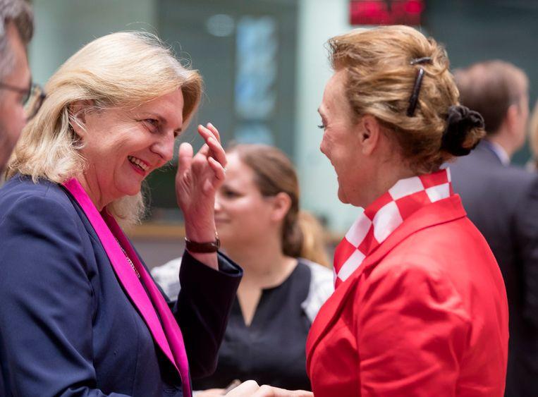 Minister van Buitenlandse Zaken Karin Kneissel (links op foto) zegt dat ze niets wist van de privéreis van de twee FPÖ-leden.
