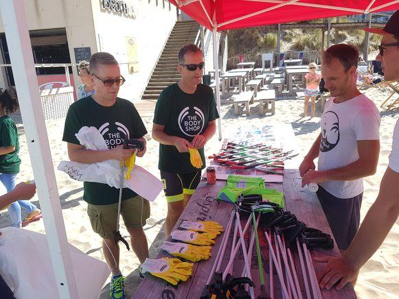 De vrijwilligers, onder wie een delegatie van The Body Shop, kregen een afvalgrijper, een handschoen en een afvalzak.