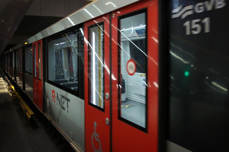 De eerste metro komt aan op het Centraal Station Beeld anp